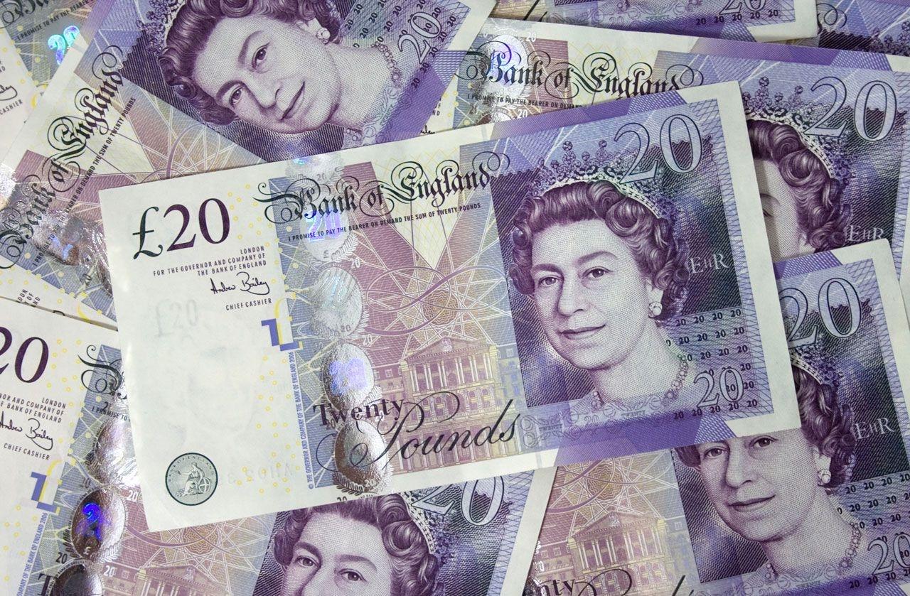 Sacoşe pline cu lire sterline au fost găsite într-o maşină care s-a răsturnat în judeţul Dâmboviţa