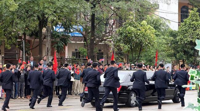 VIDEO: Kim Jong-un, pe străzile din Hanoi, cu  bodyguarzii alergând pe lângă limuzină