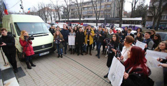 Protest al elevilor la Timişoara. Cer decontarea integrală a transportului pentru elevii navetiști