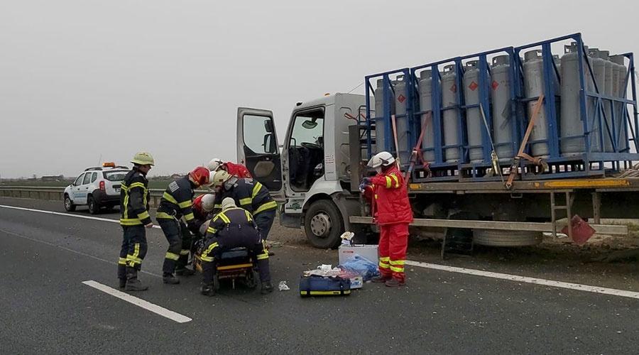 Video: Un om a murit, după un accident cumplit, în care a fost implicat un camion încărcat cu butelii de propan