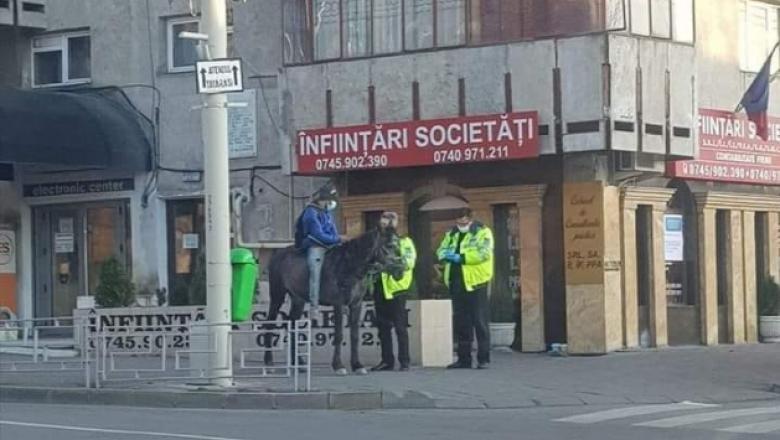 Bărbat surprins pe cal pe străzile din Iași. El a călărit 50 de kilometri ca să ajungă în oraș