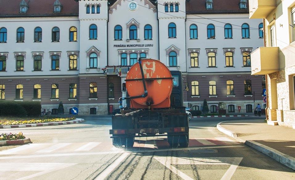 Străzile din Lugoj spălate cu clor, dezinfecție și la Primărie