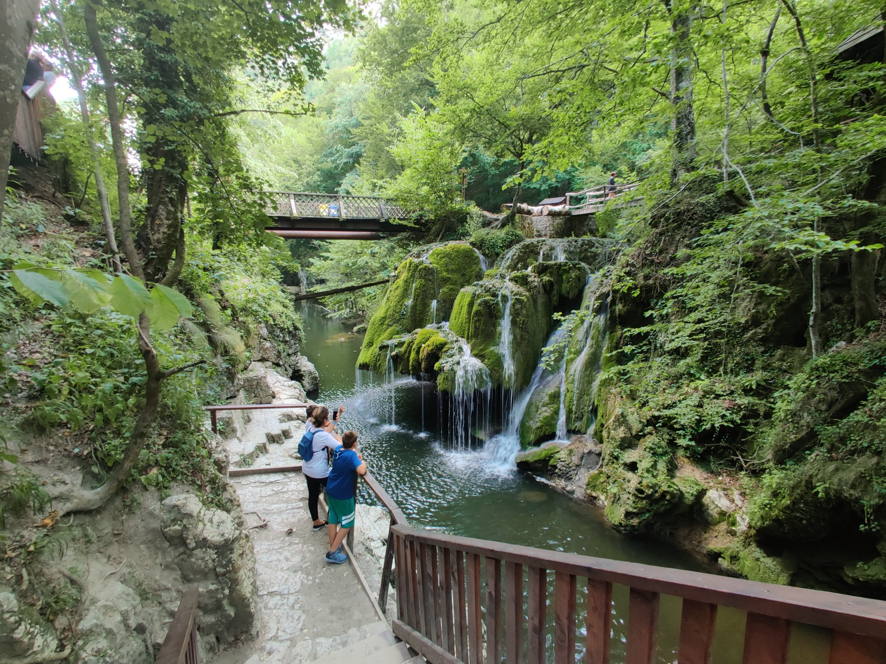 Cascada din Banat la fel de frumoasă ca și Bigărul. Se află pe traseul perfect pentru o drumeție