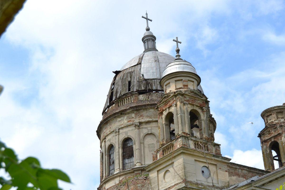 Povestea bisericii din Banat cu aspect apocaliptic, unde mormintele au fost sparte de căutătorii de comori