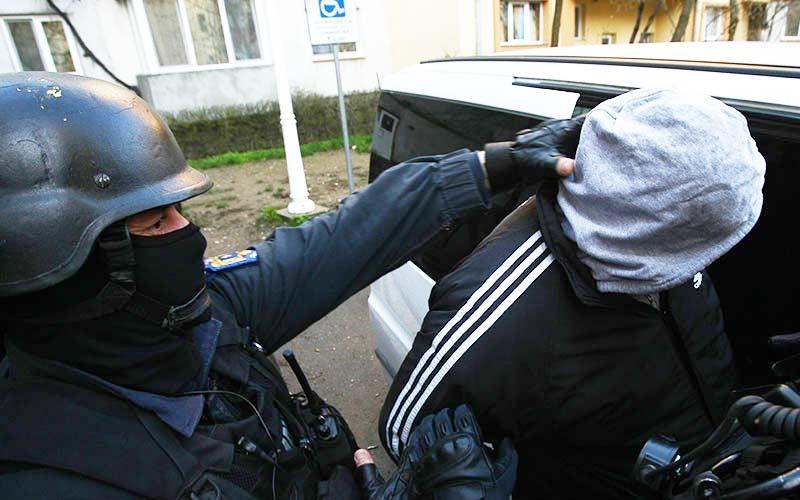 Urmărit naţional pentru tâlhărie, încătușat pentru că nu purta mască anti Covid-19!