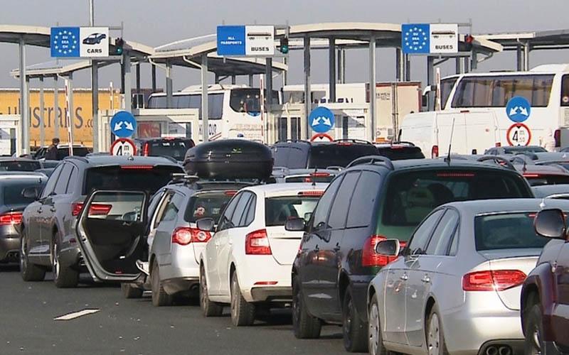 Haos la frontiera de vest. Coloane de mașini așteaptă să intre în țară.