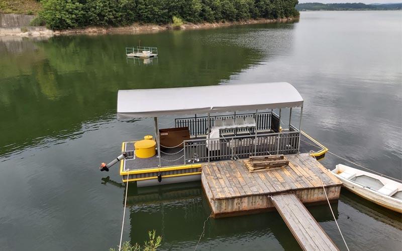 Plimbările gratuite cu catamaranul pe Lacul Surduc