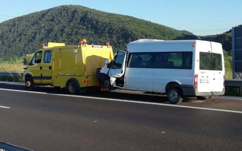 O femeie a decedat, iar soțul și cei trei copii au fost răniți într-un accident pe A1