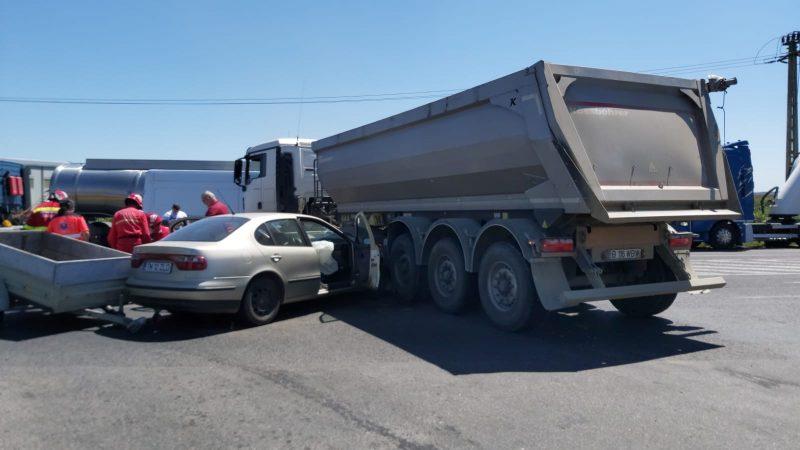 Accident pe Calea Șagului din Timișoara. O mașină a ajuns sub un camion