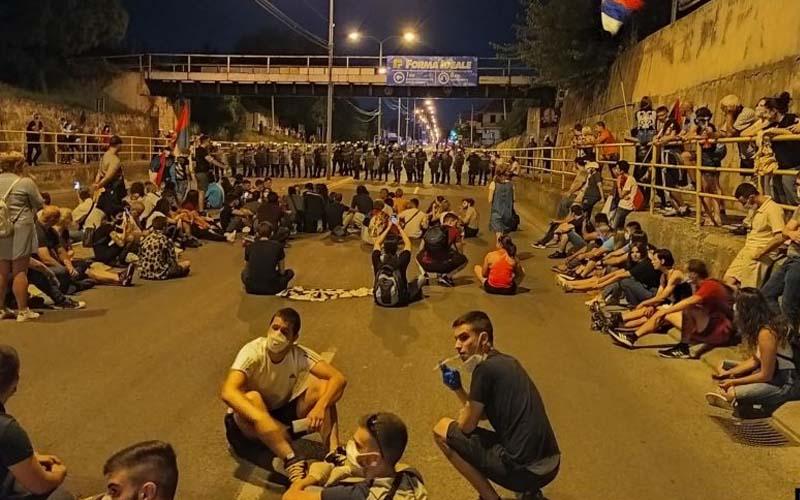 A cincea noapte de proteste în Serbia la Belgrad, mai calmă