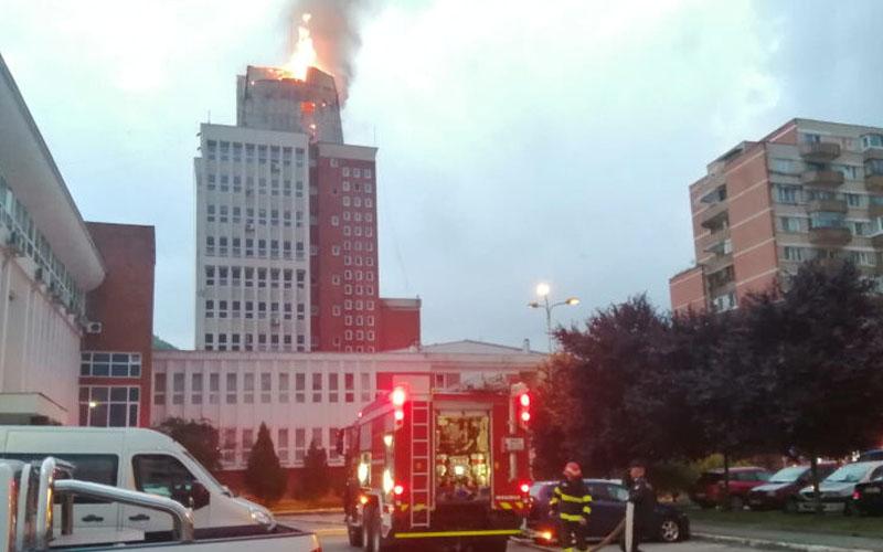 [VIDEO] Clădirea Prefecturii din Reşiţa – în flăcări!