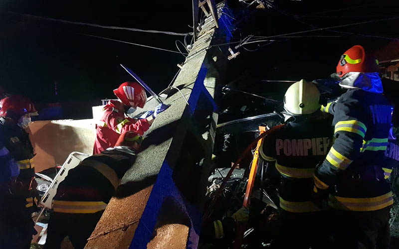 [FOTO-VIDEO] Accident grav soldat cu doi morți. Au intrat într-un stâlp care s-a rupt și a căzut peste mașina răsturnată.