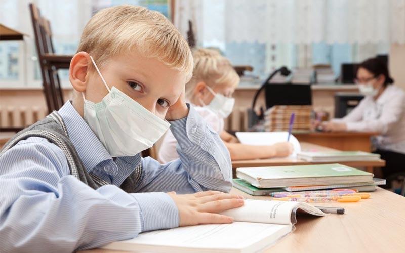 Nouă elevi care au mers la școală în Arad, confirmați cu COVID-19