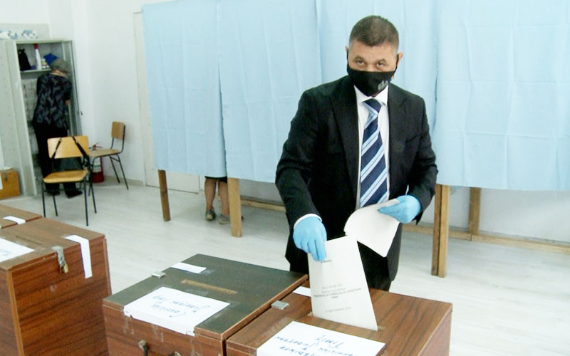 """[FOTO] Liviu Brîndușoni a VOTAT la ora 11.00, la secția 224, amenajată în Școala Gimnazială """"Eftimie Murgu"""""""