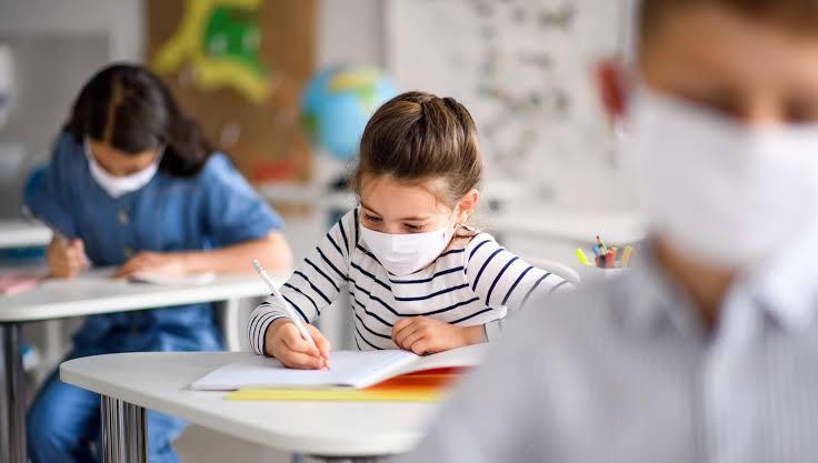 Peste 26.000 de elevi din județul Timiș învață online.
