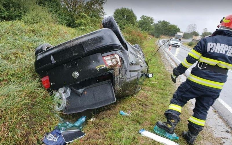 Accident lângă Buziaș. O mașină a ajuns cu roțile în sus, într-un șanț de pe marginea drumului!