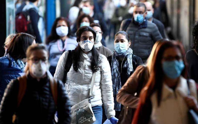 Masca de protecție, obligatorie de azi pe stradă în județul Arad