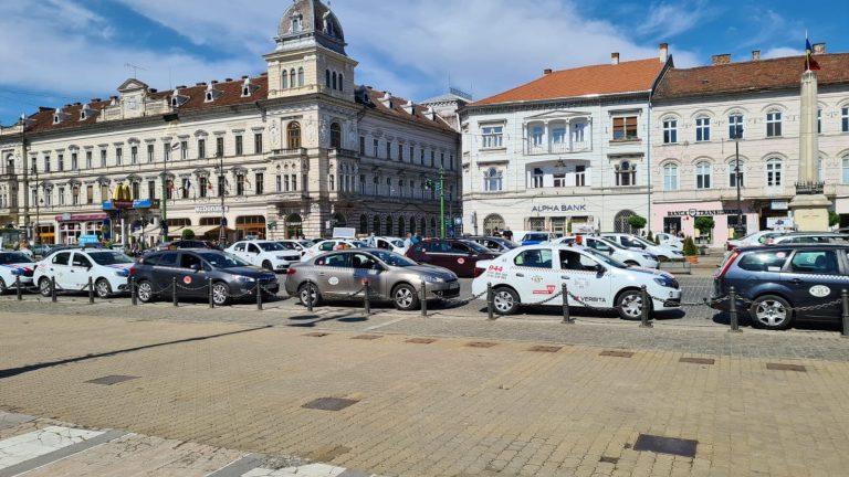 Zeci de taximetriști din Arad au mers în coloană la centrul de vaccinare din mașină