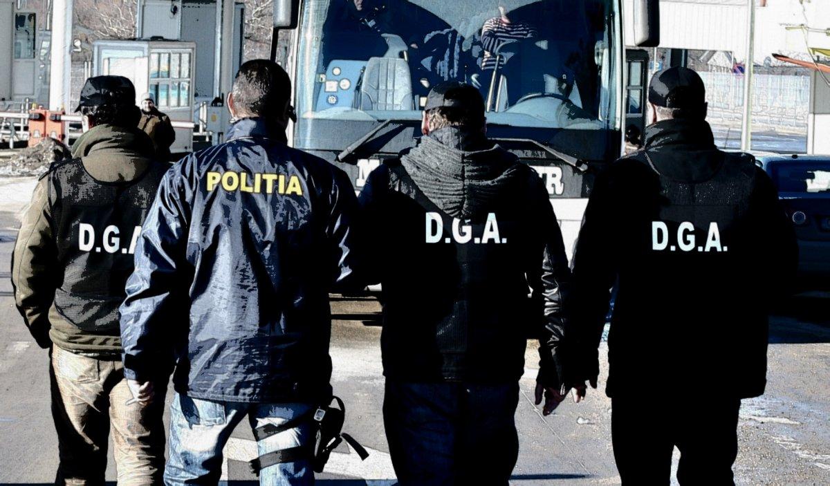 Zece polițiști de la Serviciul Înmatriculări Timiş au fost ridicați de anchetatori pentru corupție