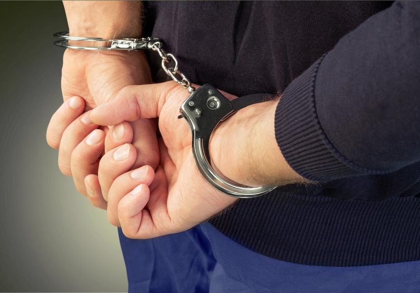 I-a furat toți banii apoi l-a bătut, victima un bătrân de 77 de ani, din județul Timiș