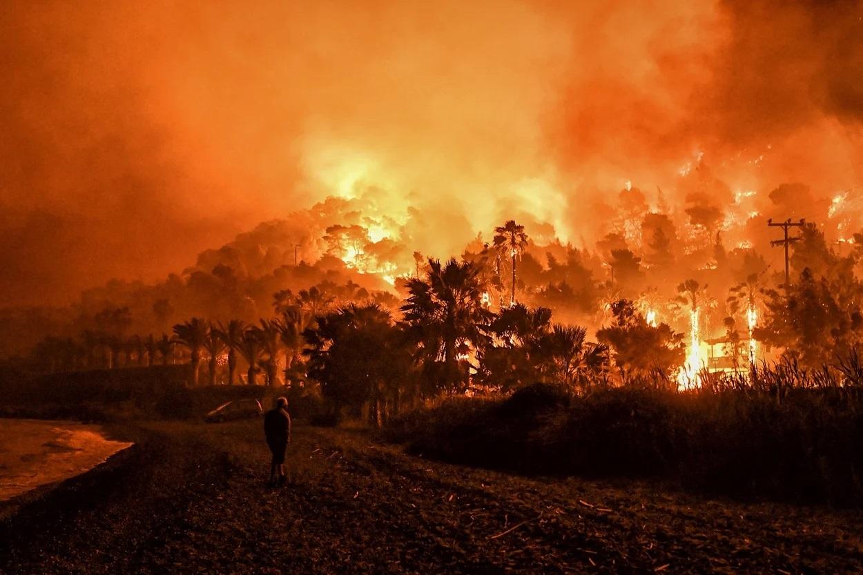 Cinci localităţi din Grecia, evacuate în urma unui violent incendiu la porţile Atenei